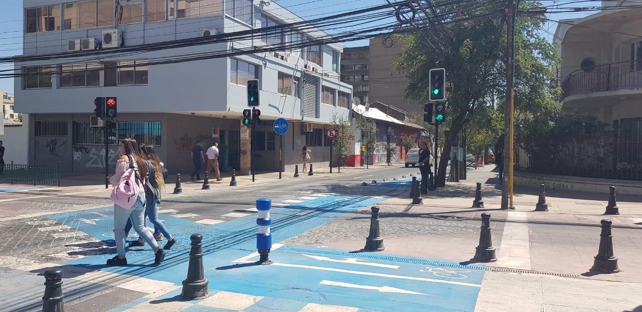 Nuevo semáforo prioriza derecho de paso de peatones y ciclistas